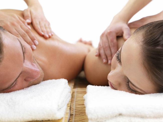 Sorprende a tu pareja con un masaje erótico para dos
